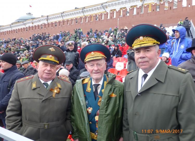 генерал-майор В.П. Ветров с ветеранами ВС на Параде 9 мая 2017г.