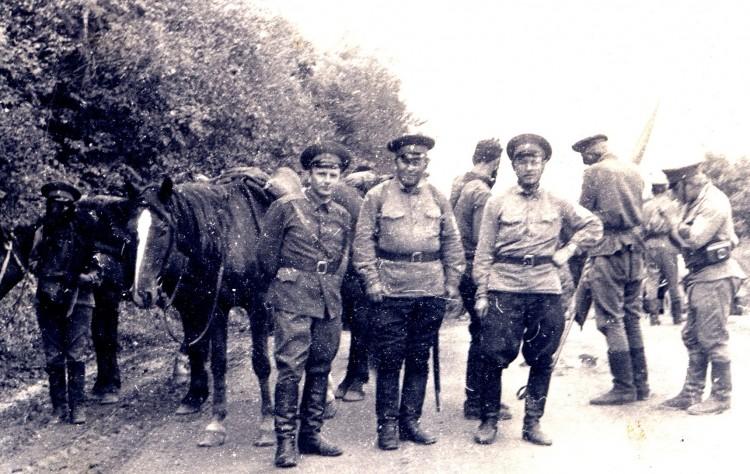 кавалеристы Памира, В.П. Ветров слева