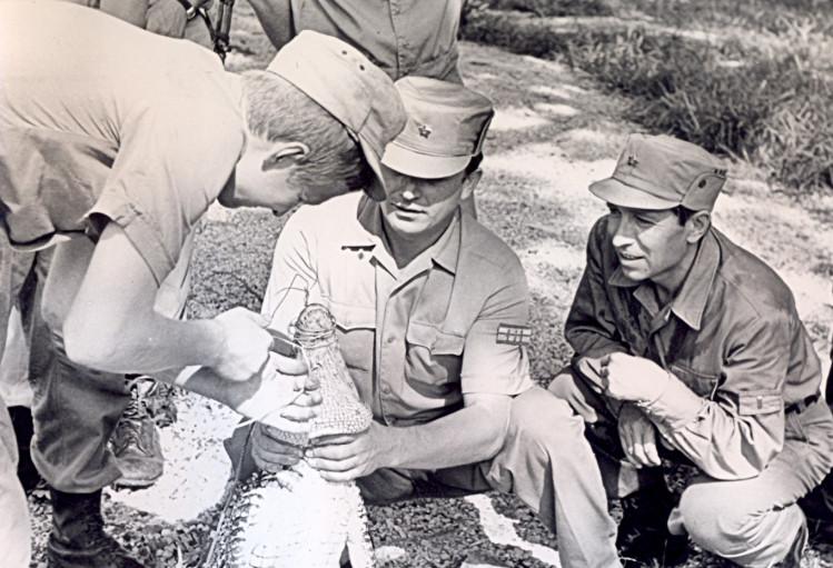 Укрощение крокодила. старший лейтенант Виталий Ветров в центре, Главный редактор газеты, майор Г. Прилуцкий справа. Нарока, 1975г