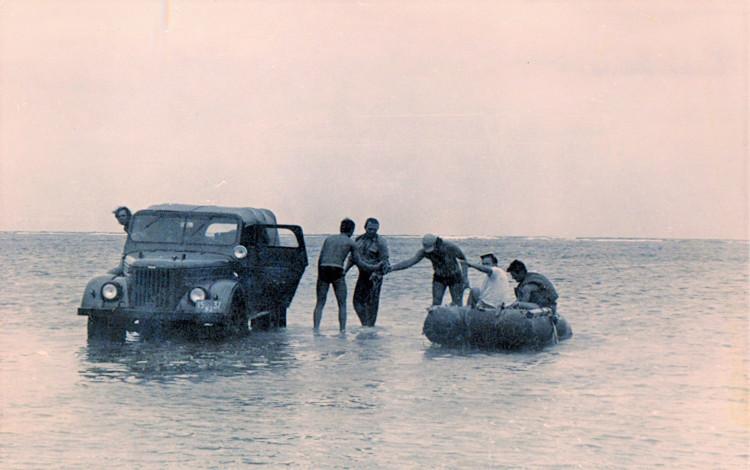 Отлив в большом Багамском проливе. Виталий Ветров в центре. 1975 г.