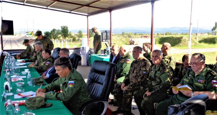 Руководители и ветераны ВС на трибуне командования