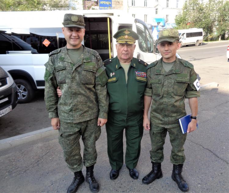 генерал-майор В.П.Ветров с молодыми офицерами