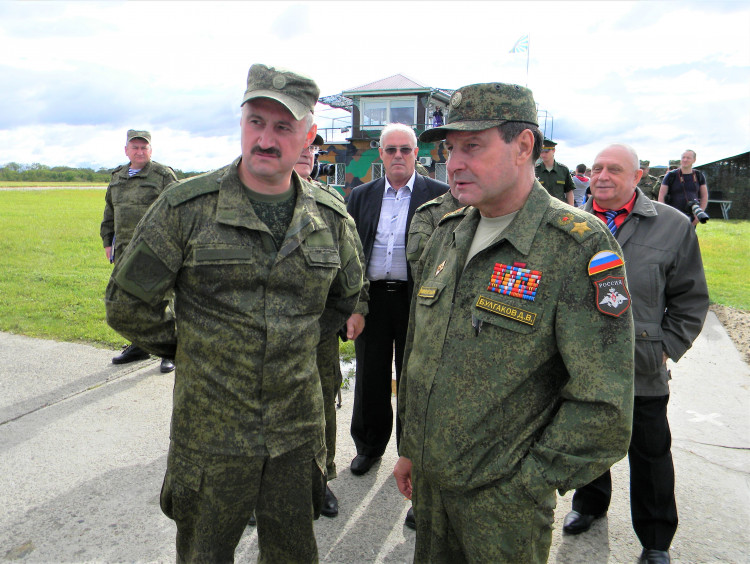 Руководство МТО на учениях, генерал-майор Виталий Ветров, справа