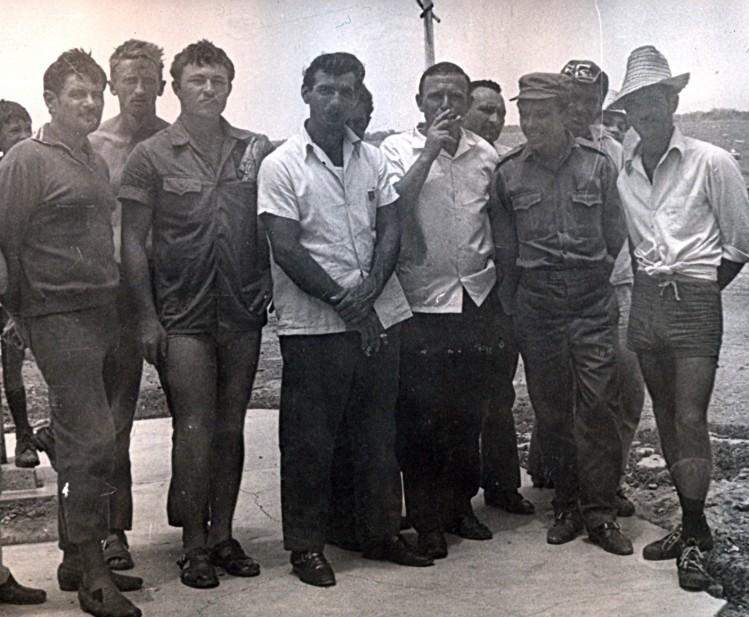 Среди кубинских товарищей. Виталий Ветров с сигарой