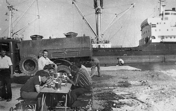 обед у причала, разводящий стола Виталий Ветров. Республика Куба, 1974 г.