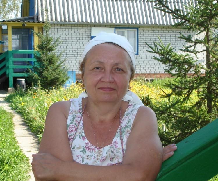 Галина на даче в деревне