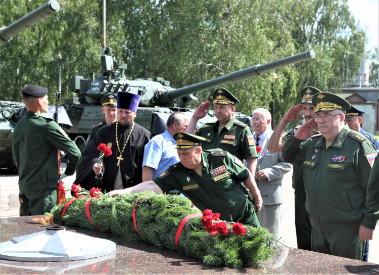 генерал-майор ветеринарной службы Виталий Ветров на возложении цветов к памятнику погибших в ВОВ