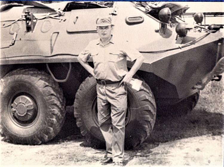 в парке 4 омсб 7 омсбр начальник ветеринарной службы Виталий Ветров, Республика Кубаузьями, на побережье. 1975г