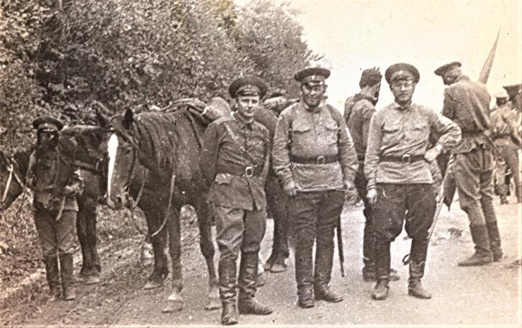 Кавалеристы Памира. капитан Виталий Ветров слева