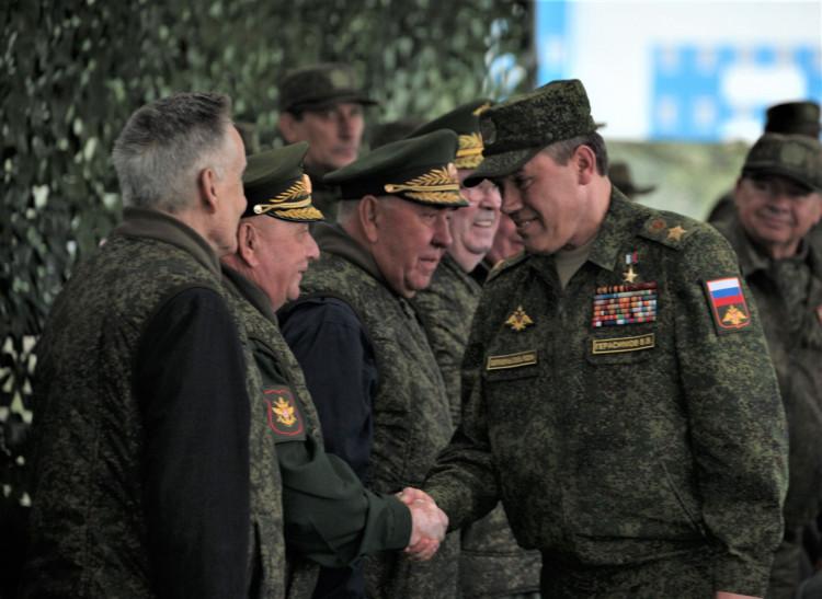 Начальник ГШ ВС среди ветеранов ВС. представляется генерал-майор ветеринарной службы Виталий Ветров