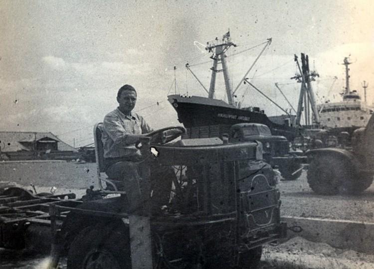 Разгрузка техники в порту, Виталий Ветров перегоняет шасси авто.