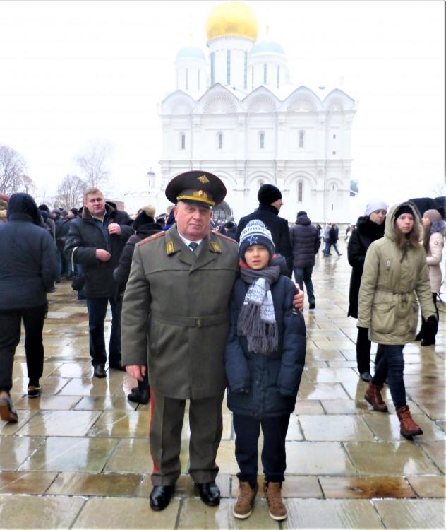 с Александром на Соборной площади Кремля