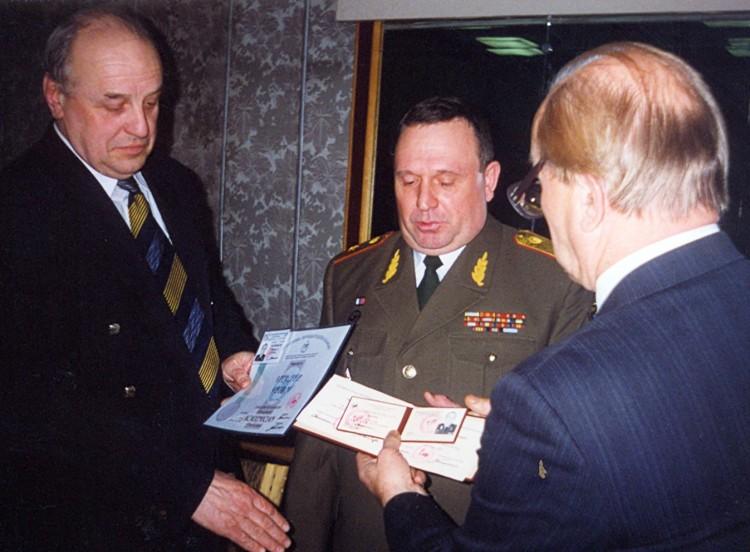 вручение диплома и свидетельства действительного члена и академика МАИ генералу В.П.Ветрову