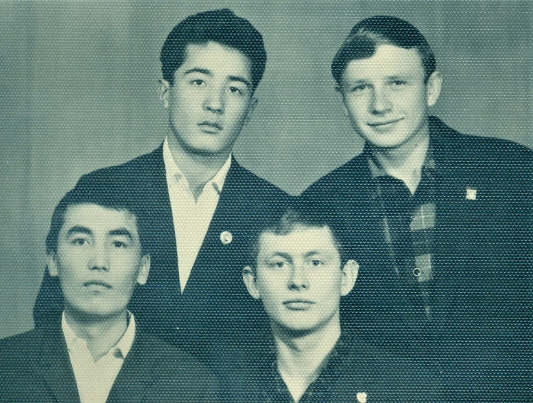 Ветеринарные фельдшеры из КЗВТ. кандидат в мастера спорта по боксу, Виталий Ветров справа. 1966г.