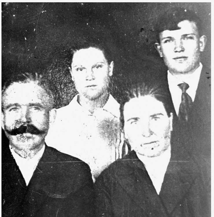 дед Тихон Тимофеевич Ветров с женой и детьми