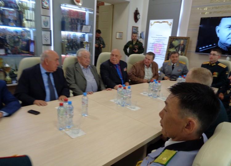 ветераны на встрече с выпускниками ВА МТО