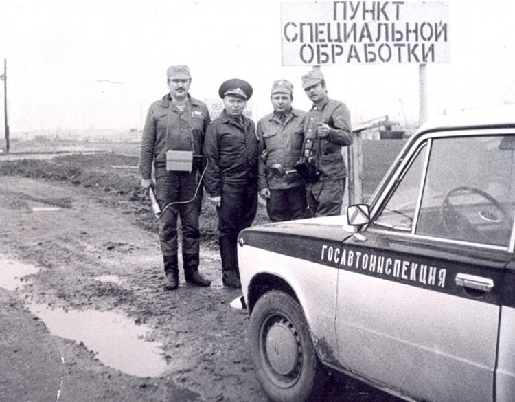 Чернобыль. капитан В.А.Куделич, генерал-майор А.Н.Трегуб, подполковник В.П.Ветров, капитан Е.Н.Панкловец, п.Рудаков, 1976г