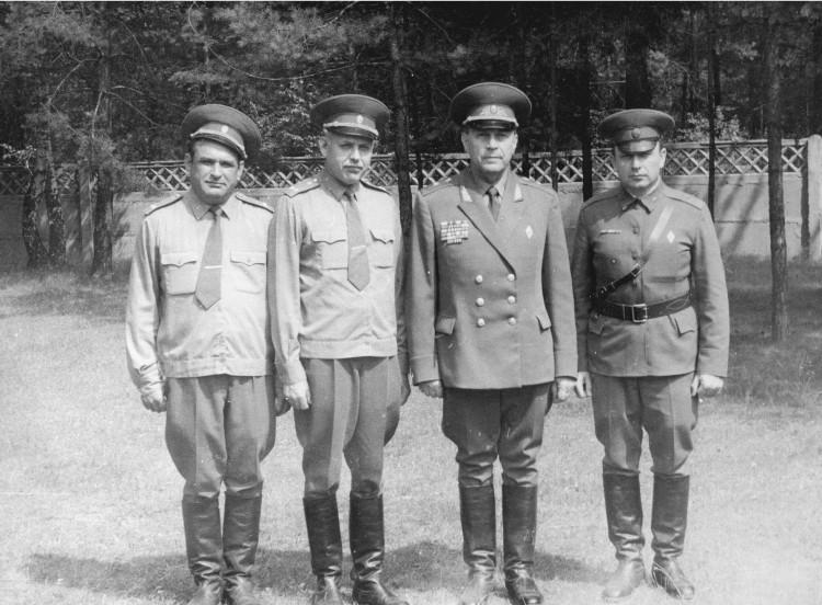 Л.С.Михайлов,В.Т.Семенко, генерал О.С.Беленький, начальник ветеринарной службы  БВО В.П.Ветров, 1983г