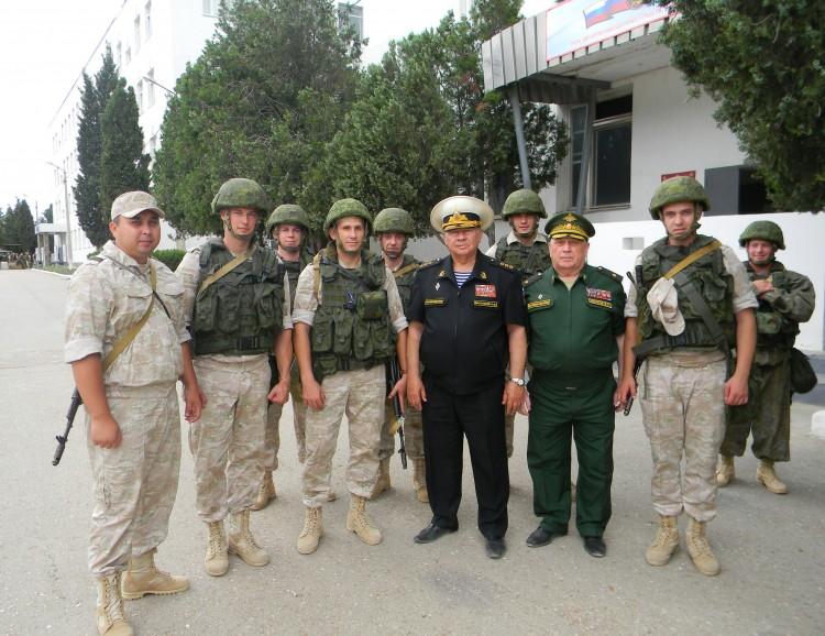 Адмирал И.Ф. Васильев и генерал-майор В.П.Ветров с морскими пехотинцами ЧФ