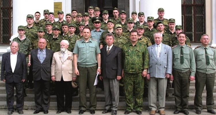 полковник Н.Ф. Шуклин среди воспитанников и курсантов военно-ветеринарного института