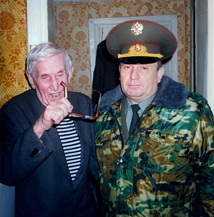 генерал В.П.Ветров с фронтовиком В.Д.Тарасовым, встреча