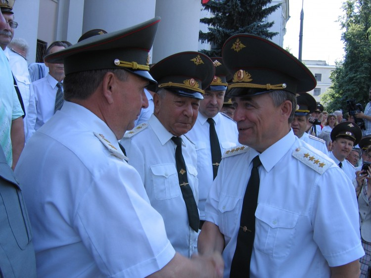 встреча ветеранов ВС, генерал-майор В.П.Ветров докладывает генералу армии В.И.Исакову, 2007г