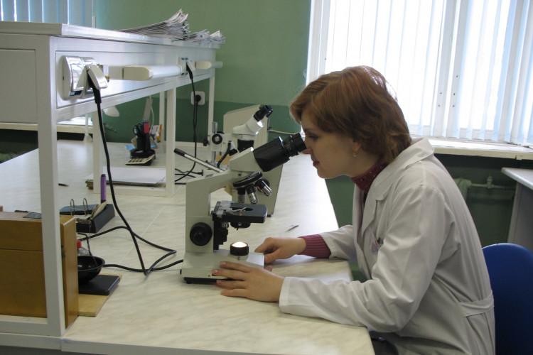 Ветеринарный врач - паразитолог в лаборатории в ВСЭП