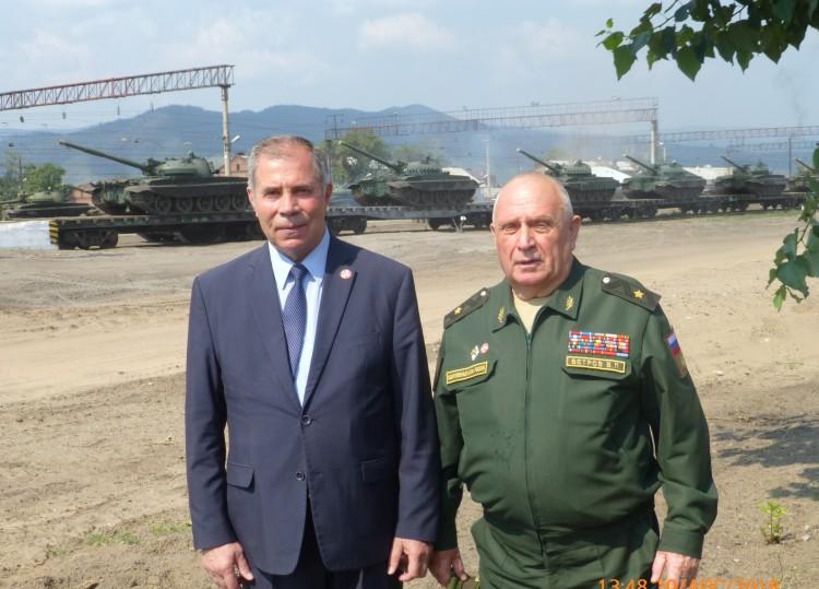 Ветераны Тыла ВС генералы А.М. Шабанов и В.П. Ветров при погрузки БТ техники