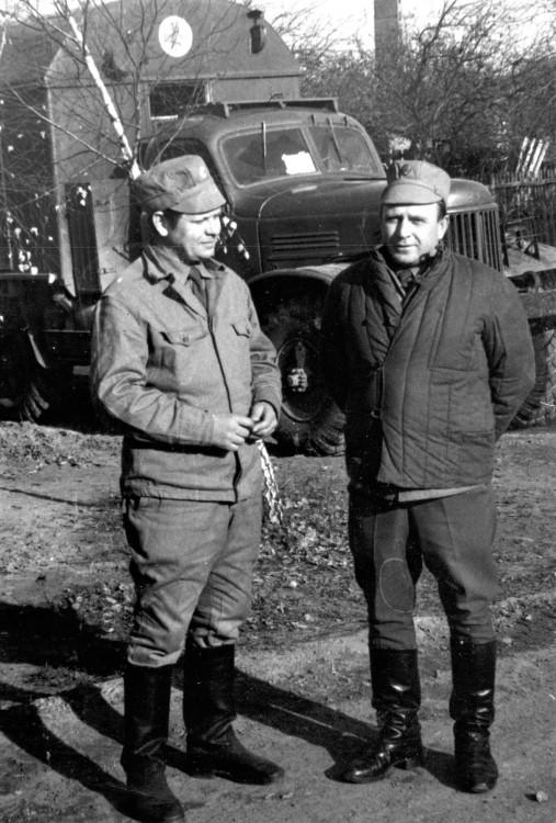 Чернобыльцы. подполковник В.П.Ветров- начальник ветеринарной службы БВО. Юрий Емельянов, начальник 412 ветеринарной лаборатории. октябрь 1986г