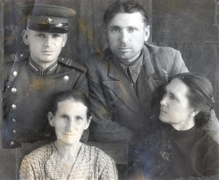 Щербаковы;  Борис, Агафья Гавриловна -бабушка. Синогейкин Николай Степанович и Анна Константиновна , с. Сары-агач, 1953 год