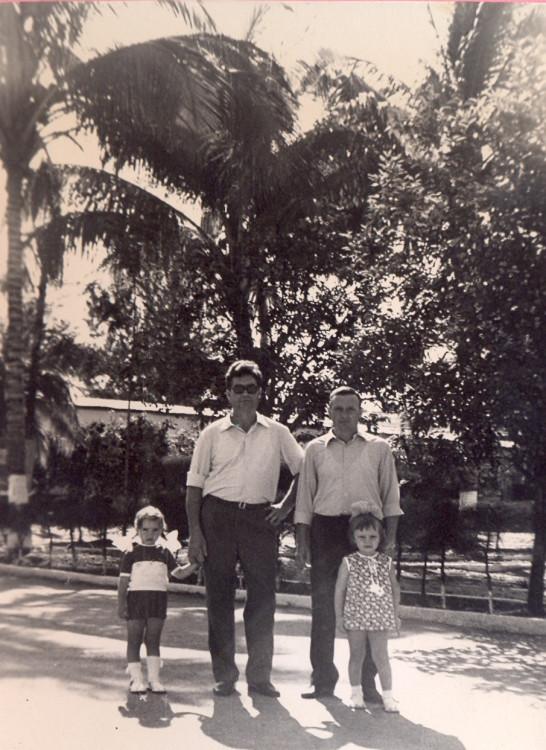 начальник полевого госбанка майор Федоров и Виталий Ветров с детьми в бригаде. 1975г.