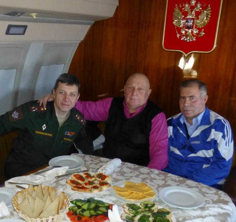 ветераны Тыла ВС в полете, В.П. Ветров справа
