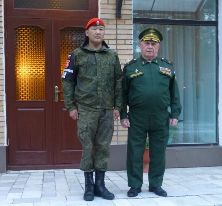 генерал-майор ветеринарной службы В.П. Ветров с военным полицейским.