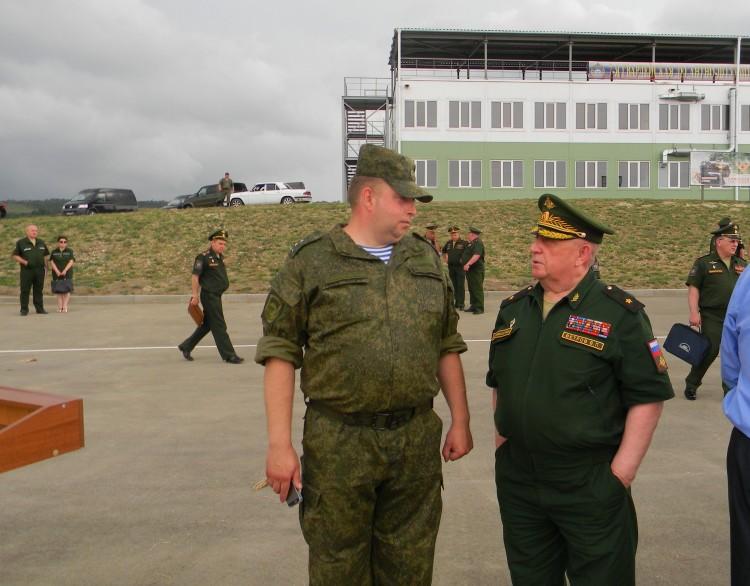 Приятная встреча с выпускником Военного ветеринарного института на полигоне. генерал  В.П. Ветров справа