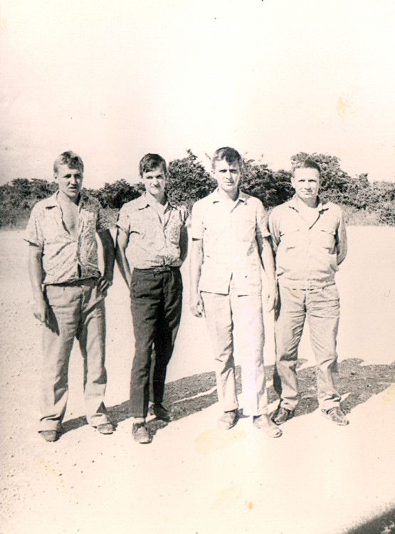офицер Виталий  Ветров с водителями оавтр на трассе Гавана-Санта Клара. 1974г