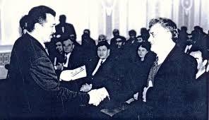 Председатель Парламента Узбекистана Эркин Халилов вручает государственную награду Дарвишбеку Рахмонову