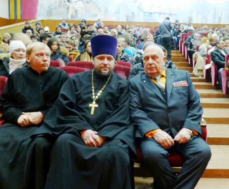 Виталий Ветров со священослужащими в клубе воинской части