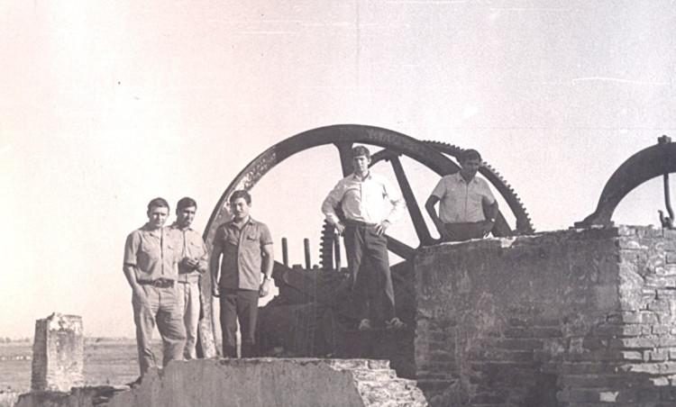 На развалинах сахарного завода, Виталий Ветров (слева),со товарищи, провинция Санта Клара, Республика Куба, 1975г