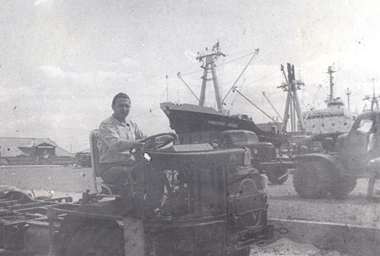 италий Ветров, при разгрузке генеральных грузов,  порт Сьенфуэгос, 1975г.