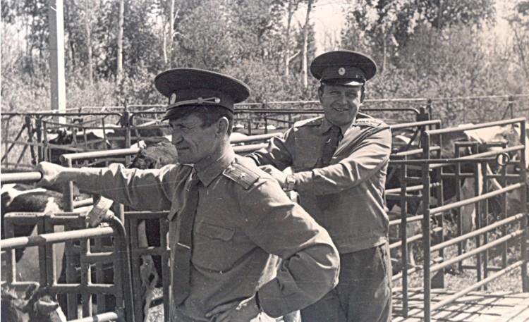 ветеринарный инспектор 51 ОА Виталий Ветров, командир ВЭО И.И.Полугримов