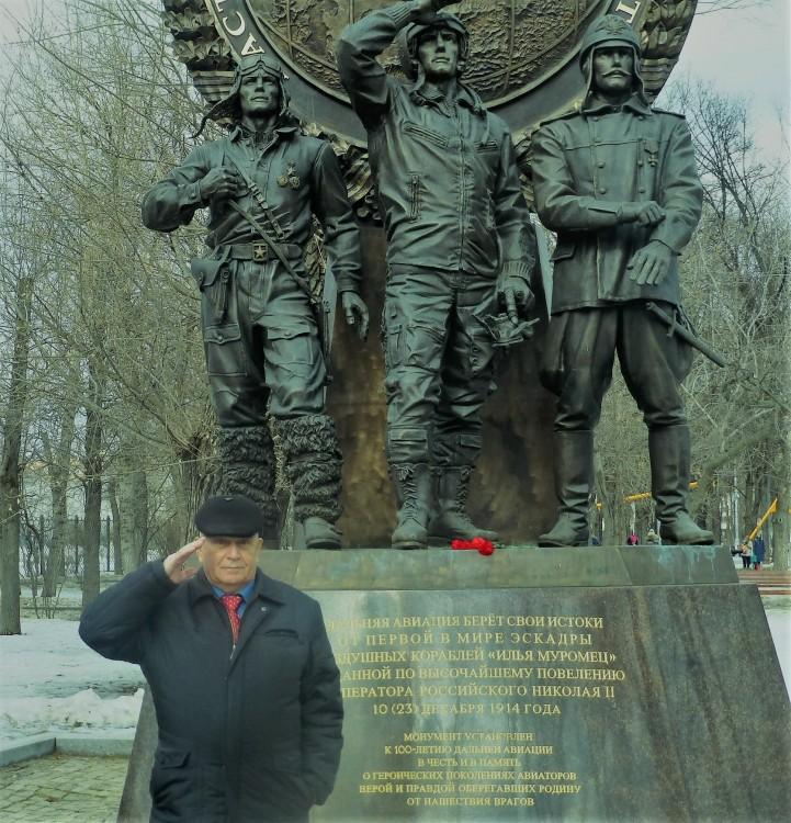 Виталий Ветров у памятника летчикам ДА в Москве