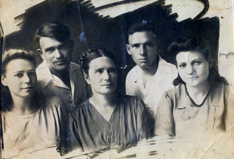 Щербакова В.К. Ветров П.Т, Анна,Павел Щербаковы, Мария Курохтина, Сары-Агач 1947г