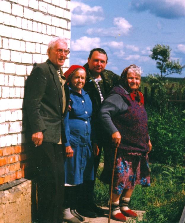 Родители на даче