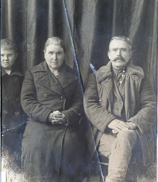 Сибирские казаки (дед и бабушка) Ножеева Василиса Егоровна, Ветров Тихон Тимофеевич, стоит Владимир (дядя)