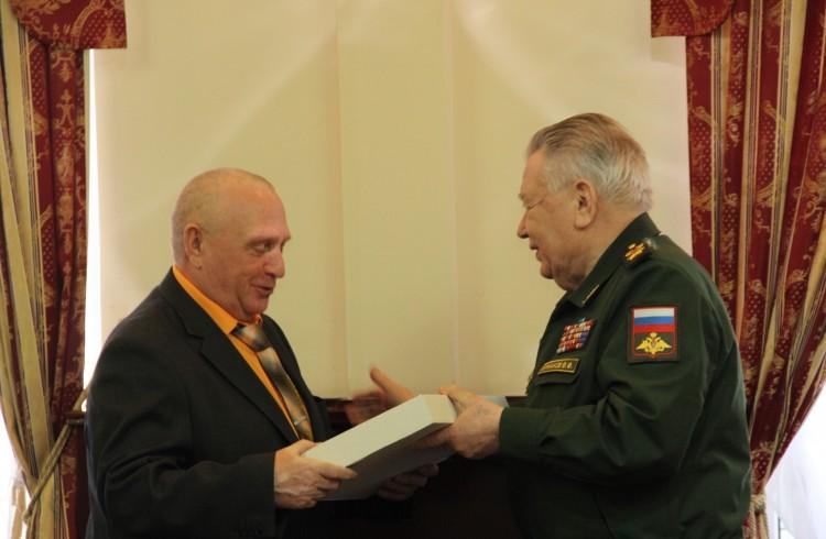Награду генерал-майору В.П.Ветрову вручает генерал армии В.Ф. Ермаков