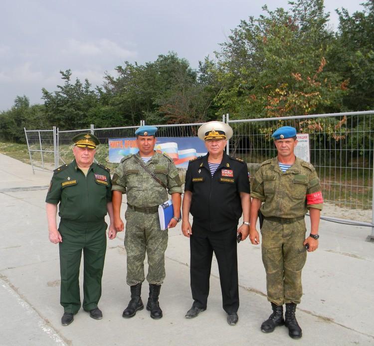 в полку воздушно -десантных войск ЮВО 2017г., генерал-майор В.П.Ветров слева