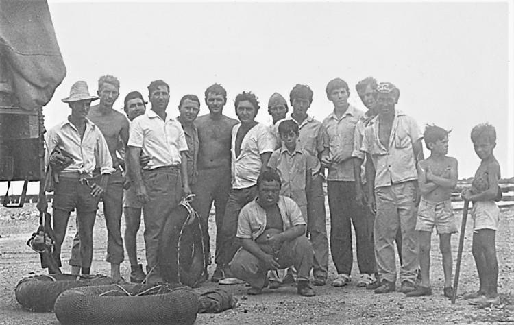 Виталий Ветров слева пятый. Встреча с Кубинскими друзьями, на побережье. 1975г