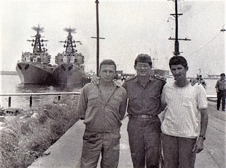 старший лейтенант Виталий Ветров, переводчик, лейтенант Рауль, капитан Викентий Рамзо.  ПМТО ВМФ СССР, ВМБ Сьен-Фуэгос, на фоне БПК . 1975 год