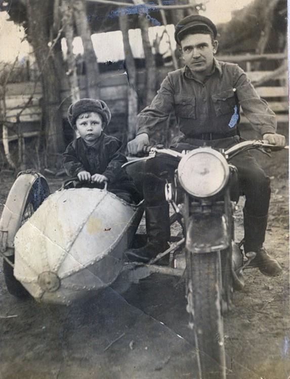Ветров Петр, заядлый мотоциклист, Виталик с отцрм в люльке